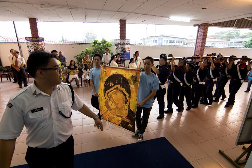 The cross and icon arrive at Stella Maris Tg Aru.