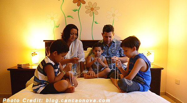 https://www.catholicadkk.org/wp-content/uploads/2020/04/family-pray-together.jpg